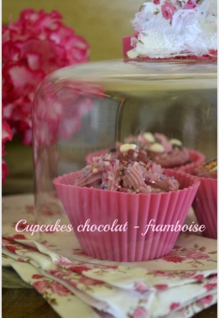 Recette des cupcakes chocolat framboise sous une cloche en verre