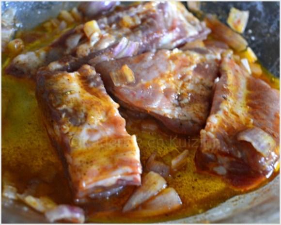 Marinade de travers de porc pour la cuisson à la plancha avec de l'huile d'olive, des épices et des échalotes