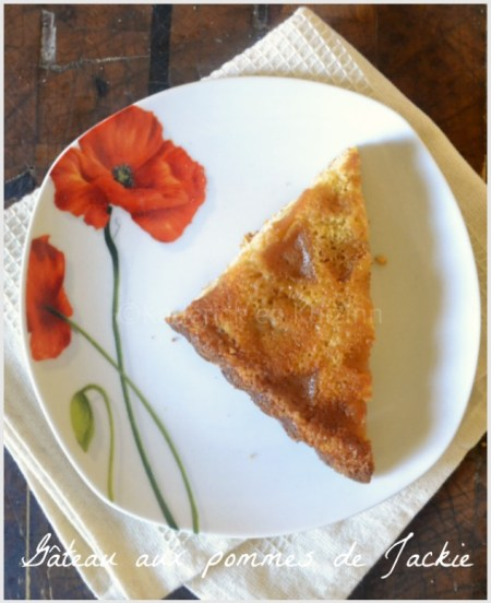 Recette du gâteau moelleux aux pommes de Jackie présenté sur une assiette blanche avec un coquelicot