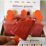 Sucette de sorbet à la fraise dans des empreintes à sucettes ou esquimaux