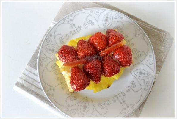 Tartelette feuilletée à la crème, ananas et fraises haute en couleur pour un dessert léger