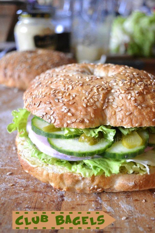 Dégustation du club bagels une recette snacks avec des concombre bio, salade bio, cornichon et rôti de porc froid