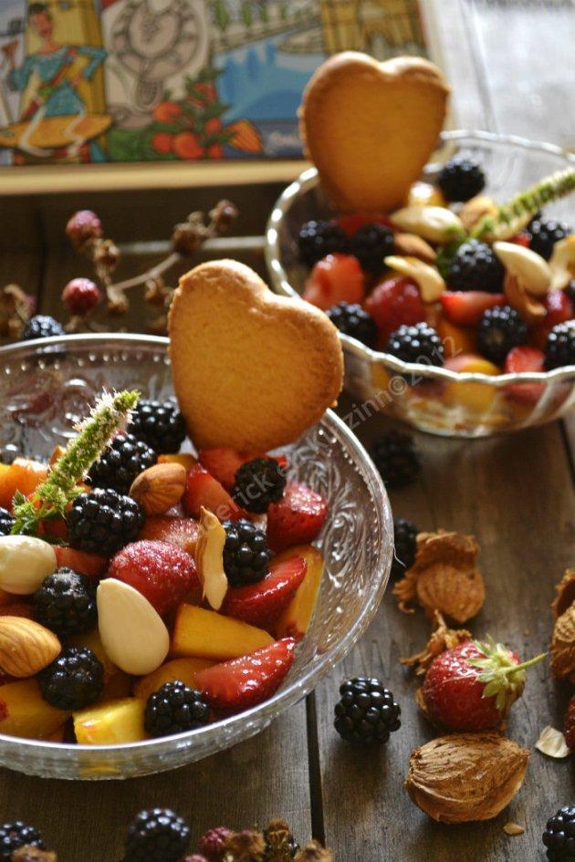 Dessert salade multi-fruits bio d'été avec un biscuit à la noix de coco c'est un dessert frais et rapide à faire