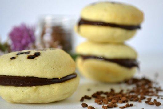 Whoopie Pies ganache chocolat & café pour un dessert ou un goûter gourmand servi avec un verre de lait frais sur Kaderick en Kuizinn©