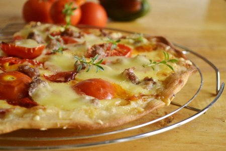 Recette pizza maison à la crème, gruyère, mozzarella et aux tomates fraîches bio - Kaderick en Kuizinn©