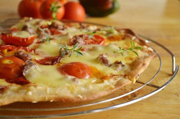 Recette pizza blanche maison à la crème, gruyère, mozzarella et aux tomates fraîches bio - Kaderick en Kuizinn©