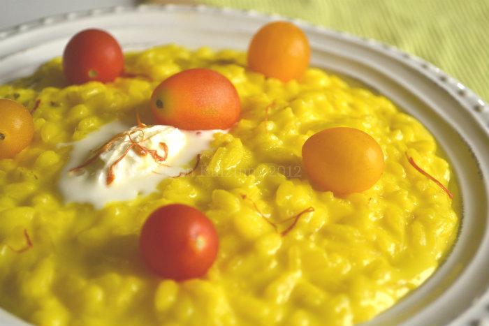 Recette du risotto crémeux au pistil de safran espagnol et au mascarpone servi avec des tomates cerises bio - Kaderick en Kuizinn©