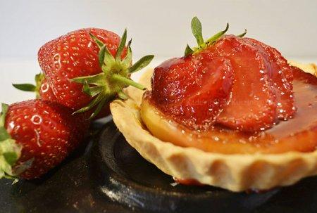 Recette plancha dessert : tarte aux pommes caramélisées et fraises bio cuitent à la plancha