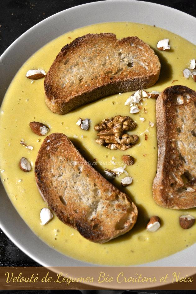 Recette du velouté de légumes bio avec des poireaux, carottes, pomme de terre, des croûtons de pains maison, des noix, amandes et noisettes torréfiées - Kaderick en Kuizinn©2013