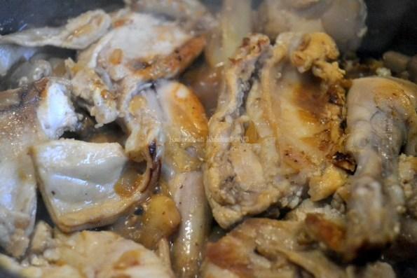 Recette un lapin rôti dans une cocotte en fonte au vin blanc et son foie en sauce saupiquet avec de l'ail et de l'huile d'olive - Kaderick en Kuizinn©2013