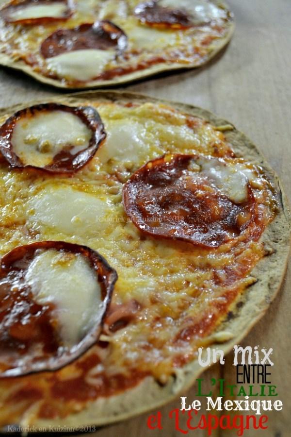 Recette pizzas rapide sauce épicée sur galette à tortillas avec du jambon mozzarella et chorizo - Kaderick en Kuizinn©201
