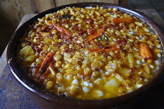 Recette régionale du cassoulet toulousain avec une cuisson lente dans une cassolette en terre cuite