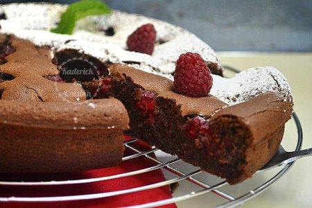 Fondant chocolat noir et framboises - recette d'un gâteau saupoudré de sucre glace