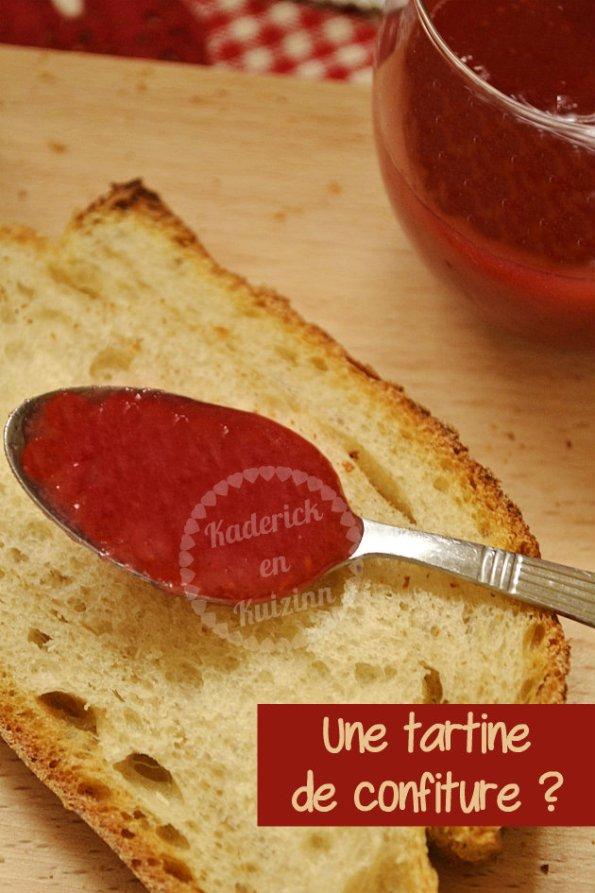 Recette de la confiture de fraises, rhubarbes et framboises bio sur une tranche de pain de campagne