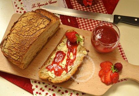 Recette de la confiture de fraises, rhubarbes et framboises bio cuite dans la machine à pain