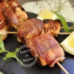 Plancha de brochette au saumon bio roulé au lard fumé ou poitrine de lard salé artisanal