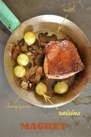 Dégustation du magret avec des champignons, raisins et miel