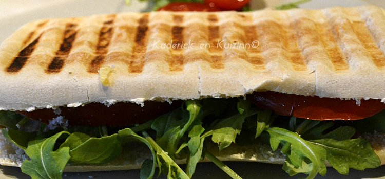 Slider panini au saumon fumé, fromage et roquette