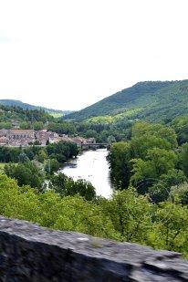 Vue en hauteur du village de saint antonin de noble val avec les gorges et la rivière