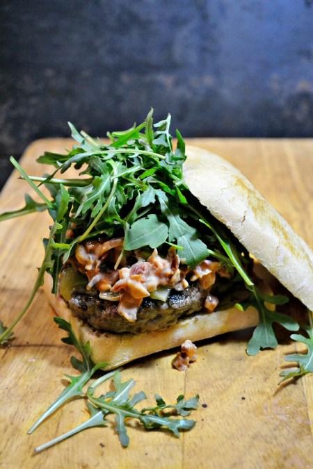 Burger bistro boeuf champignons sauce speciale roquette