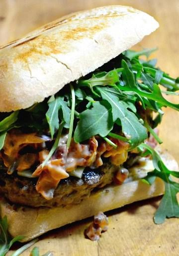 Burger fait maison boeuf fromage sauce speciale roquette