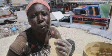امرأة تأكل الطين بلذة واضحة