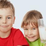Bebeklere İnek Sütü Ne Zaman Verilmeli?