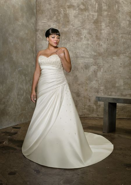 218f1af9713e6 اجمل وافخم فساتين السهرات والخطوبة والزفاف للعروسة البدينة عام 2013 ...