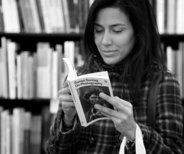 """Książka """"On Photography"""" której autorką jest Susan Sontag, cytaty o fotografii"""