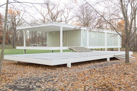 mid century architecture of Farnsworth House by Mies van der Rohe