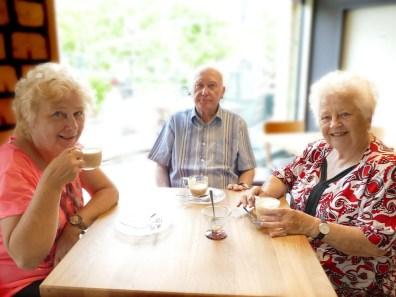 Gäste bei Kaffee und Kuchen