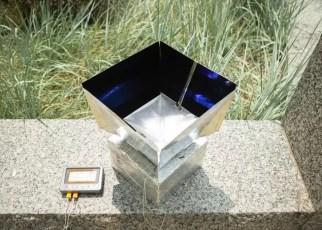 Sistem ini membantu mendinginkan lingkungannya dengan menyerap panas dari udara di dalam kotak dan mentransmisikan energi itu melalui atmosfer Bumi ke luar angkasa. Kredit: Universitas di Buffalo