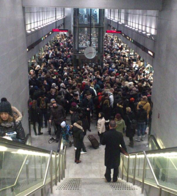 En stopfyldt metrostation © Kaffebloggen.dk