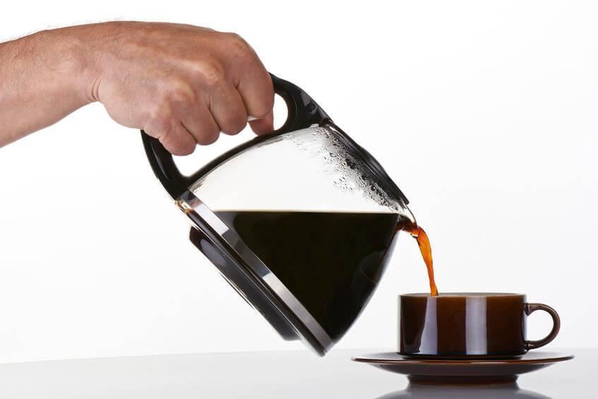 filterkaffeemaschine kaffee einschenken
