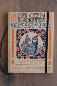 Van het boek Het Gezin Knoppers hebben we een notitieboekje gemaakt. De eerste pagina's van het originele boek zitten er nog in. Blanco pagina's, voorzien van een zwart elastiek en een lintje.