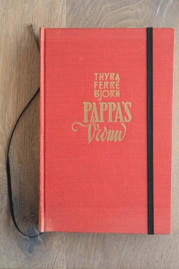 Van het boek Pappa's vrouw hebben we een notitieboekje gemaakt. De eerste pagina's van het originele boek zitten er nog in. Blanco pagina's, voorzien van een zwart elastiek en een lintje.