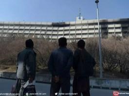 Des Afghans regardent l'hôtel Intercontinental à Kaboul le 22 janvier 2018 après une attaque menée par des talibans dans l'établissement qui a fait au moins 22 morts