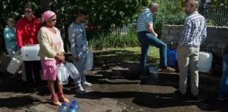 Des Sud-Africains viennent s'approvisionner en eau, le 15 mai 2017 à Villiersdorp près du Cap