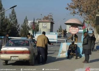 Des membres des forces de sécurité afghanes à un checkpoint devant l'entrée de l'hôtel Intercontinental à Kaboul le 22 janvier 2018 après une attaque de talibans contre l'établissement qui a fait au moins 22 morts