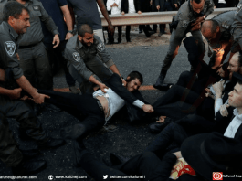 Des policiers interviennent contre des juifs ultra-orthodoxes opposés au service militaire obligatoire, le 12 mars 2018 à Bnei Brak, près de Tel-Aviv