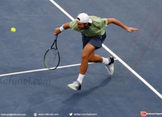 Lucas Pouille face au Russe Karen Khachanov lors du tournoi de Dubaï, le 28 février 2018