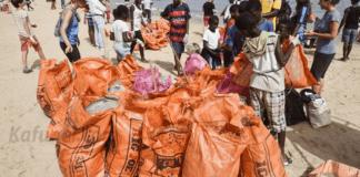 Des volontaires trient des ordures récupérées sur la plage de Ngor (Sénégal) le 9 juin 2018 | AFP | SEYLLOU