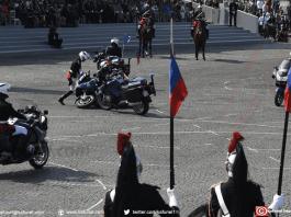 Deux gendarmes sont tombés de leur moto lors d'une démonstration devant la tribune officielle, le 14 juillet 2018. — Eric FEFERBERG / AFP