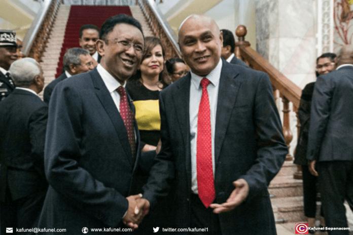 Le président de Madagascar Hery Rajaonarimampianina (à gauche est candidat à la réélection) à la fin de l'année, le 11 juin 2018 | AFP | RIJASOLO