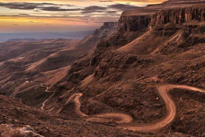 5. LE COL DE SANI (AFRIQUE DU SUD) - Belle mais dangereuse, cette route sinueuse s'étend sur 9 km de long