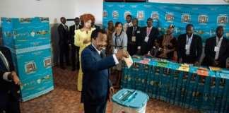Le président du Cameroun Paul Biya vote le 7 octobre 2018 en compagnie de son épouse Chantal | AFP | ALEXIS HUGUET