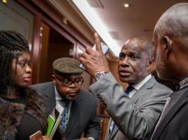 Martin Fayulu (la main en l'air), peu après sa désignation comme candidat unique de l'opposition congolaise, dimanche 11 novembre à Genève, en Suisse.