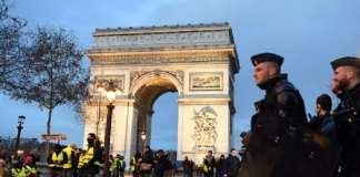 Des « gilets jaunes » manifestent près de l'Arc de triomphe, le 8 décembre 2018. ALAIN JOCARD / AFP