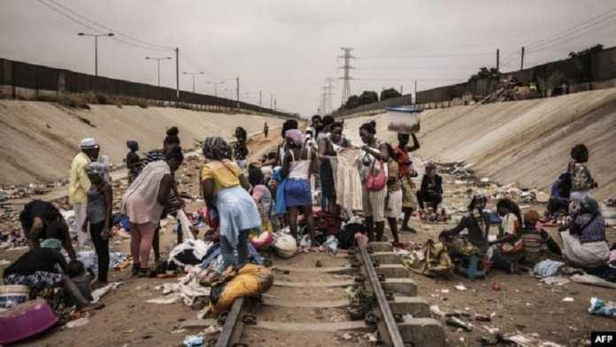 image du jour Kafunel : Un marché improvisé sur les rails, commune de Viana, Luanda, Angola, le 22 août 2017.