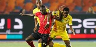 L'Ougandais Patrick Kaddu à la lutte avec deux joueurs zimbabwéens le 26 juin 2019. REUTERS/Mohamed Abd El Ghany